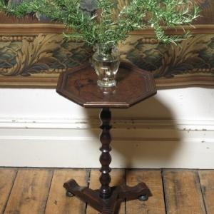 A SMALL 19TH CENTURY TRIPOD TABLE
